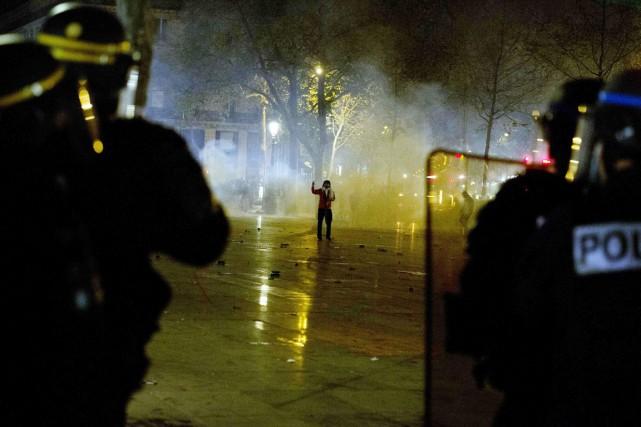 Dans la nuit de jeudi à vendredi, des... (PHOTO  ALAIN JOCARD, AFP)