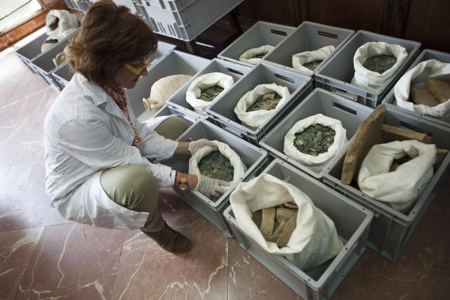 Les amphores contenant des milliers de pièces neuves... (AFP, Gogo Lobato)