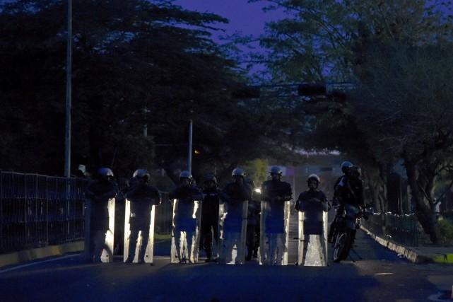 La police bloque une rue de Maracaibo, deuxième... (AFP, Juan Barreto)