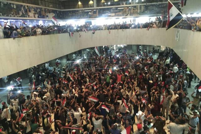 Certains manifestants ont saccagé une partie du bâtiment... (PHOTO AHMED SAAD, REUTERS)