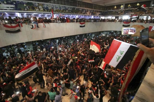 Des milliers de contestataires ont réussi à s'introduire... (AFP)