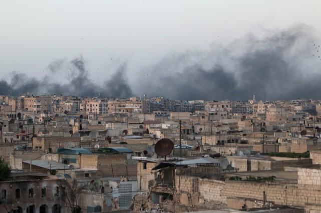 De la fumée s'élèvent au-dessus des quartiers d'Alep,... (Photo Abdalrhman Ismail, Reuters)