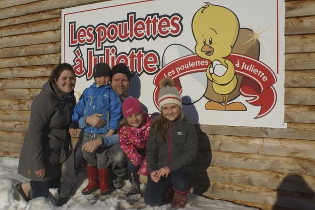 Avec leurs 27 000 poules pondeuses, Amélie Audet... (Le Progrès-Dimanche, Mélissa Viau)