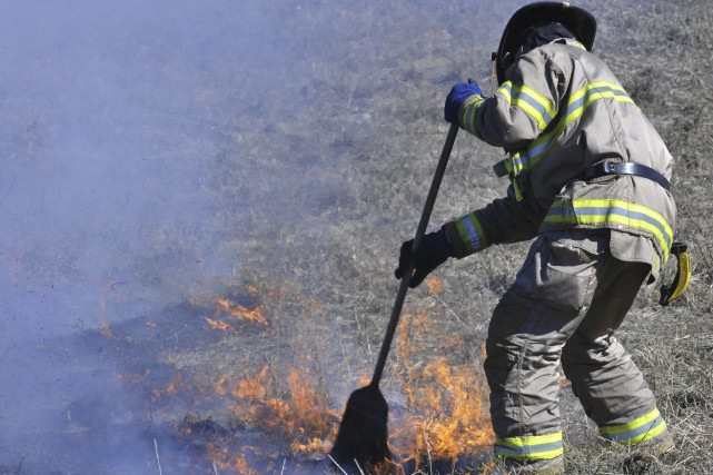 Puisque les flammes n'étaient pas considérables, balayer la... (Photo Le Progrès-dimanche, Rocket Lavoie)