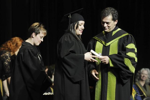 Le recteur Martin Gauthier a remis une attestation... (Photo Le Progrès-dimanche, Mariane L. St-Gelais)