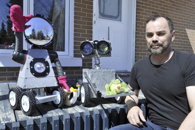 David Bourgoin a terminé de construire les robots... (Photo Le Progrès-dimanche, Rocket Lavoie)