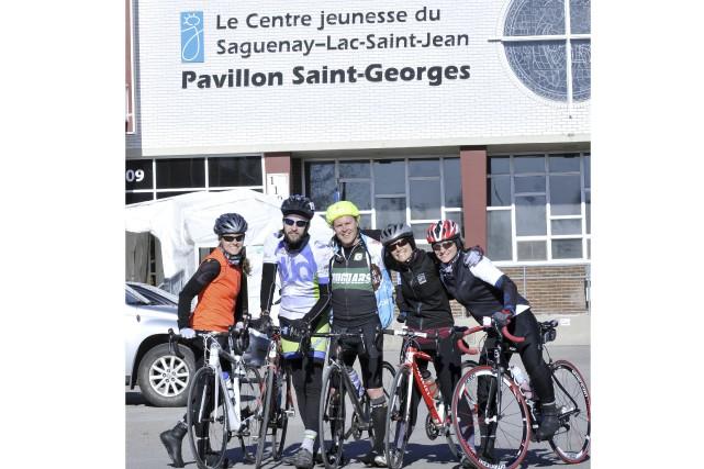 L'ultracycliste Sylvain Grenier (2e à partir de la... (Photo Le Progrès-dimanche, Rocket Lavoie)