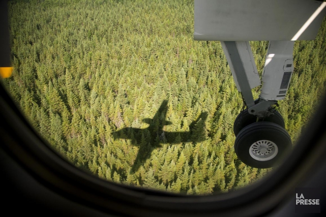 Un avion survolant la Baie-James, l'an passé.... (Photo Alain Roberge, archives La Presse)