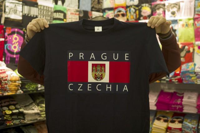 Les touristes peuvent acheter à Prague des chandails... (AFP, Michal Cizek)