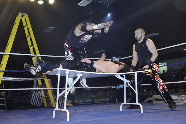 Les lutteurs ont beau s'être entraînés à tomber... (Photo Le Progrès-dimanche, Rocket Lavoie)