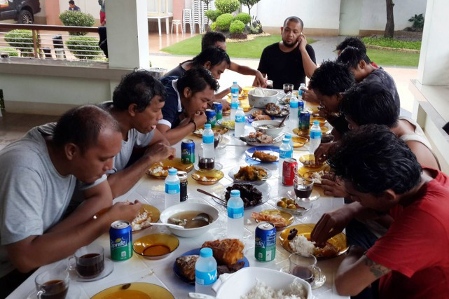 Des inconnus ont déposé les 10Indonésiens au domicile... (PHOTO AP/FOURNIE PAR LE GOUVERNEUR DE SULU)