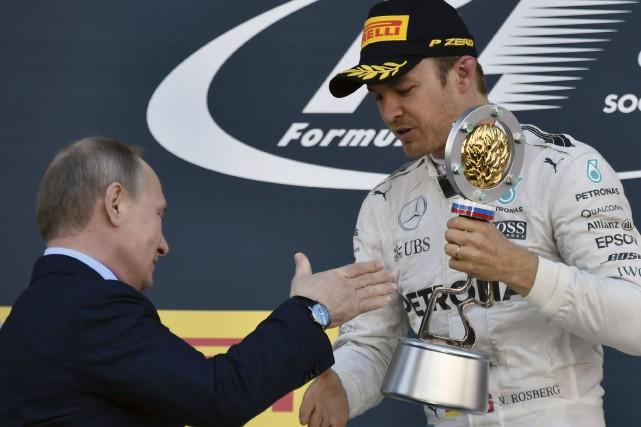 Nico Rosberg a reçu son trophée des mains... (AFP, Alexander Nemenov)