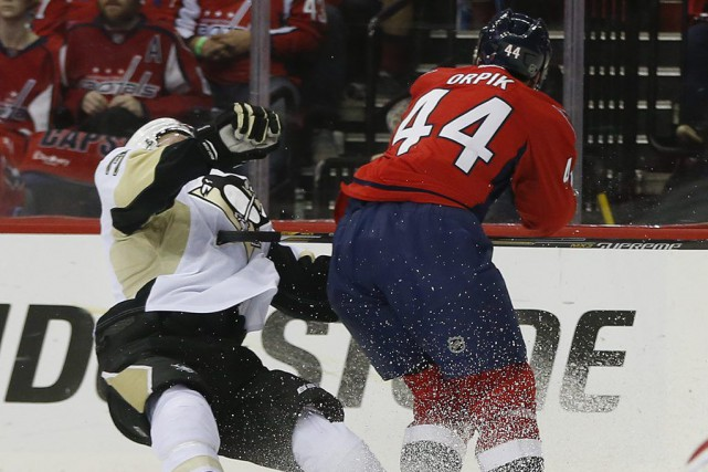 Brooks Orpik a semblé frapper Olli Maatta à la... (PHOTO PABLO MARTINEZ MONSIVAIS, AP)