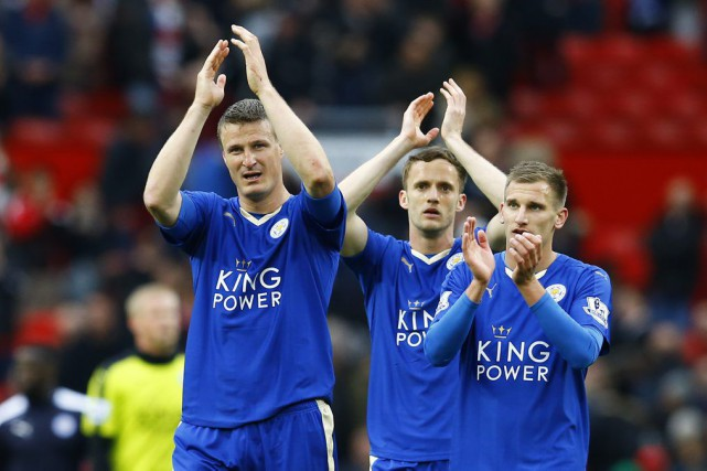 Robert Huth, Andy King et Marc Albrighton saluent leurs partisans... (PHOTO DARREN STAPLES, REUTERS)