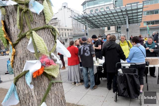 À Québec, des manifestants se sont réunis au... (Le Soleil, Erick Labbé)