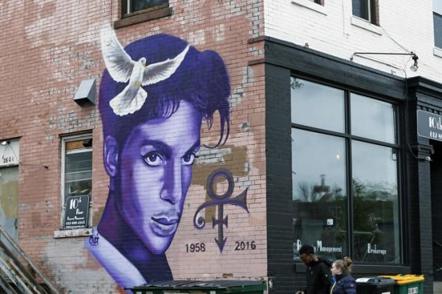 Sur scène, Prince captivait toujours autant les foules comme il l'avait fait en... (PHOTO AP)