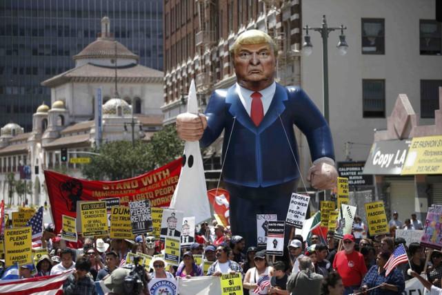 Une manifestation anti-Trump a été organisée dimanche à... (PHOTO REUTERS)