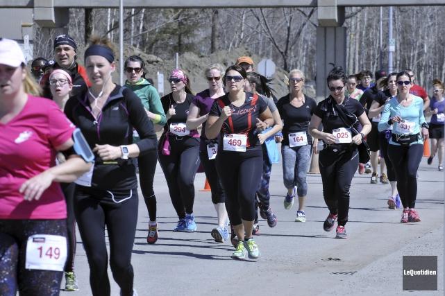 Environ 1000 coureurs et marcheurs ont pris le... (Photo Le Quotidien, Rocket Lavoie)