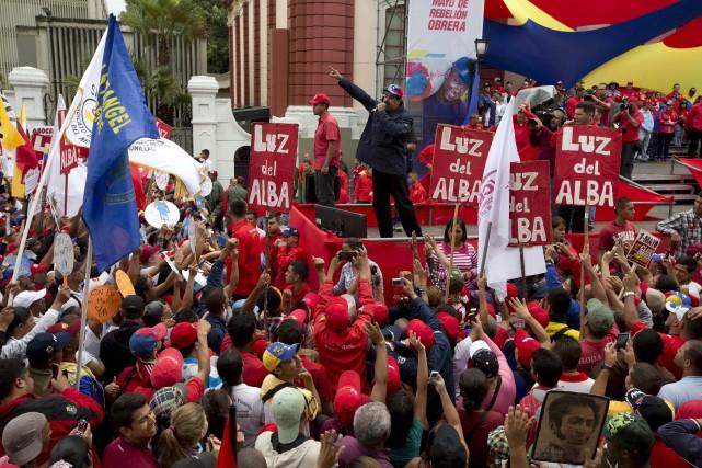 Le président du Venezuela,Nicolas Maduro, parle à ses... (AP, Ariana Cubillos)