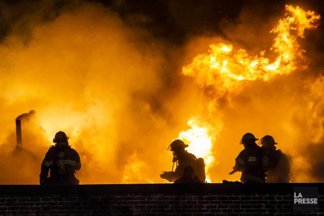 Un pompier qui avait combattu les flammes sur un pont ferroviaire au nord-ouest... (Photo archives La Presse)