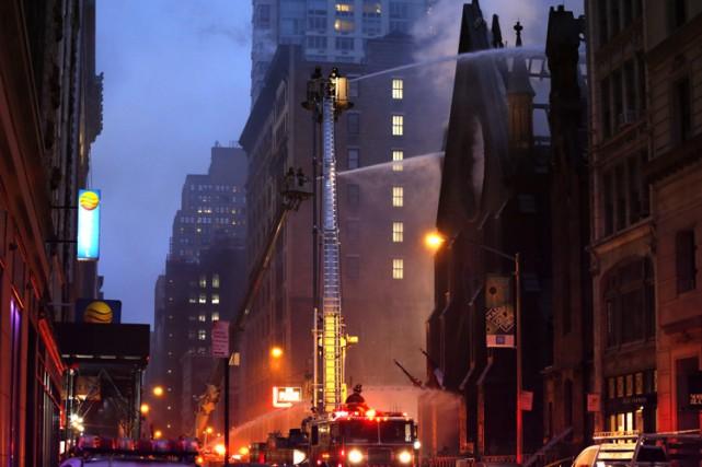 Un important incendie ravageait dimanche soir une église orthodoxe du centre de... (PHOTO AP)