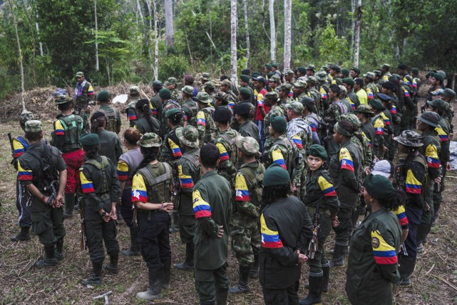 Des guérilleros des FARC se placent en formation... (PHOTO FEDERICO RIOS ESCOBAR, ARCHIVES THE NEW YORK TIMES)