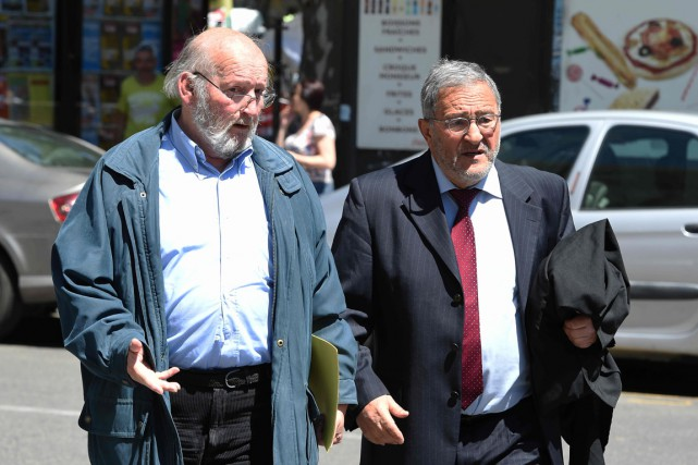 Jean-Claude Mas (à gauche) arrive au tribunal d'Aix-en-Provence... (PHOTO BORIS HORVAT, AFP)