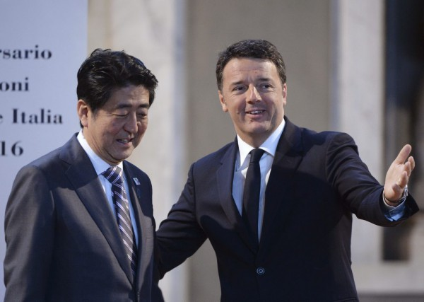 Le premier ministre japonais Shinzo Abe et son... (PHOTO FILIPPO MONTEFORTE, AFP)