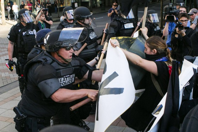 Des manifestants ont brisé des vitres, tiré des... (PHOTO BETTINA HANSEN, THE SEATTLE TIMES/AP)
