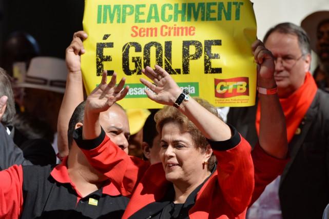 La présidente brésilienne salue ses partisans lors d'une... (PHOTO NELSON ALMEIDA, AFP)