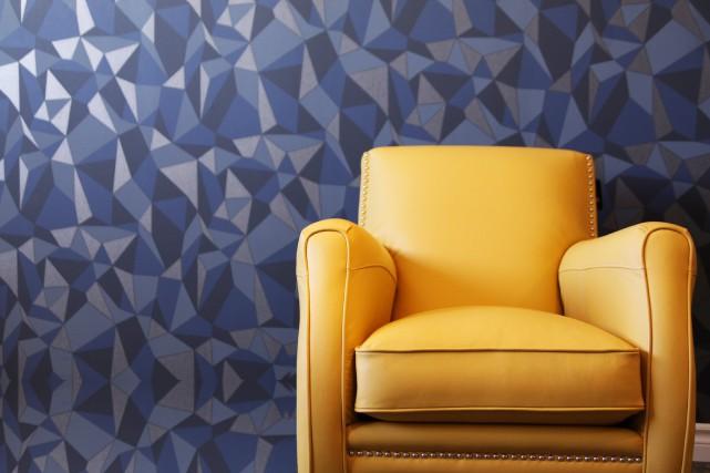 Ce fauteuil jaune attire l'attention, contrastant avec le... (PHOTO FOURNIE PAR JAYMAR)