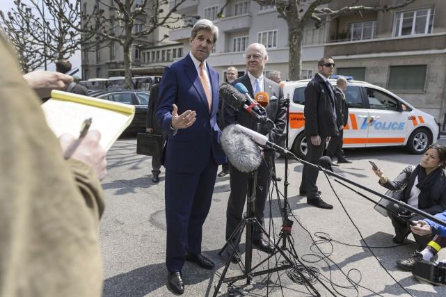 Le secrétaire d'État des États-Unis, John Kerry et... (AFP, Fabrice Coffrini)