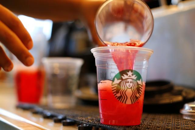 Starbucks a été attaqué au civil par une consommatrice de Chicago, qui reproche... (ARCHIVES REUTERS)