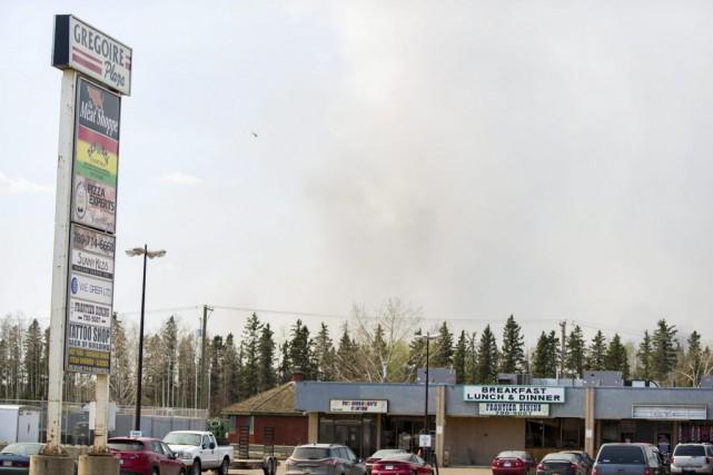 Les autorités albertaines tentaient toujours de maîtriser un incendie de forêt,... (Photo La Presse Canadienne)