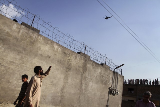 Des résidents d'Abbottabad, au Pakistan, observent un avion... (PHOTO REUTERS)