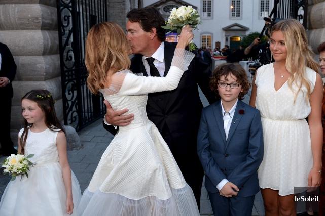 Julie Snyder et Pierre Karl Péladeau, entourés de... (Photothèque Le Soleil, Erick Labbé)