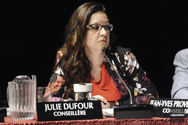 La conseillère Julie Dufour... (Photo Le Quotidien, Mariane L. St-Gelais)