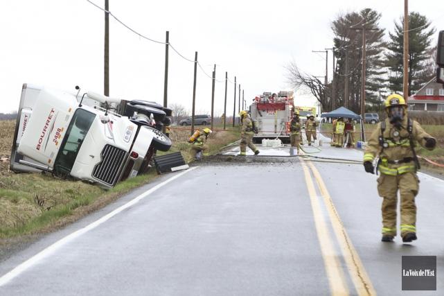 Un camion transportant des matières dangereuses qui s'est... (Janick Marois, La Voix de l'Est)