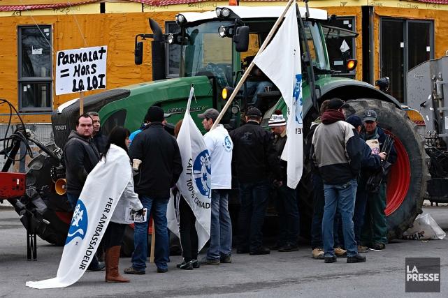 Des producteurs laitiers manifestent devant les bureaux de... (PHOTO PATRICK SANFAÇON, LA PRESSE)
