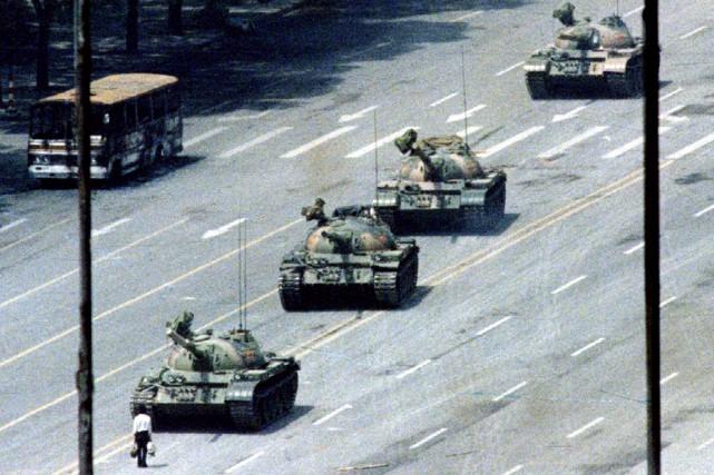 Sur cette photo emblématique du soulèvement, un homme... (PHOTO ARHTUR TSANG, ARCHIVES REUTERS)