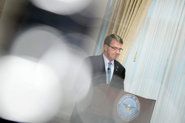 Le secrétaire américain à la Défense Ashton Carter... (PHOTO BREDNAN SMIALOWSKI, ARCHIVES AFP)