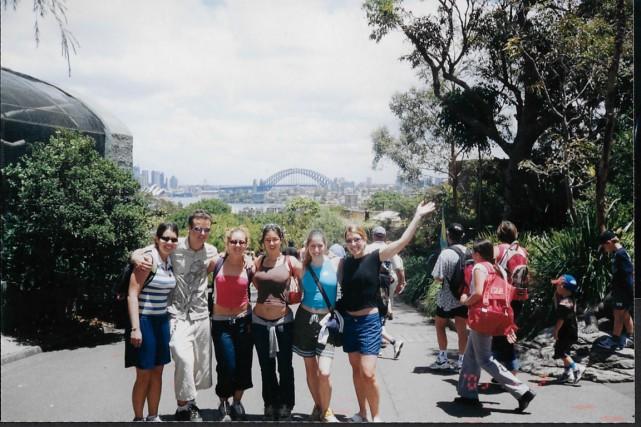 Julie Plaisance (au centre) et un groupe d'amis... (PHOTO FOURNIE PAR JULIE PLAISANCE)