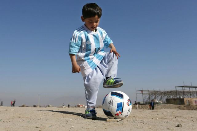 Le petit Murtaza, 5 ans, arborant le maillot... (PHOTO AP)