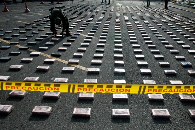 Un policier colombien place des paquets de cocaïne... (PHOTO LUIS ROBAYO, ARCHIVES AFP)