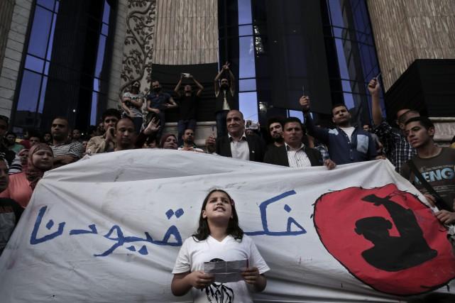 Une jeune fille chante un slogan pour marquer... (AP Photo/Nariman El-Mofty)