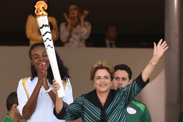 La présidente du Brésil Dilma Rousseff a allumé... (PHOTO AFP)