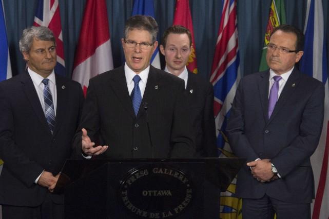 Le député conservateur Mark Warawa, au micro, et... (PHOTO ADRIAN WYLD, LA PRESSE CANADIENNE)
