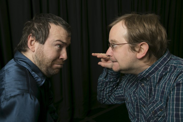 Les comédiens Patrick Bourassa et Jean-Marc Laprade s'échangent... (Spectre Média, René Marquis)