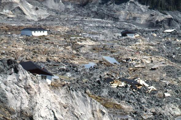Des hélicoptères ont survolé la zone sinistrée le... (Archives, FONDS MARC ELLEFSEN, Société historique du Saguenay)