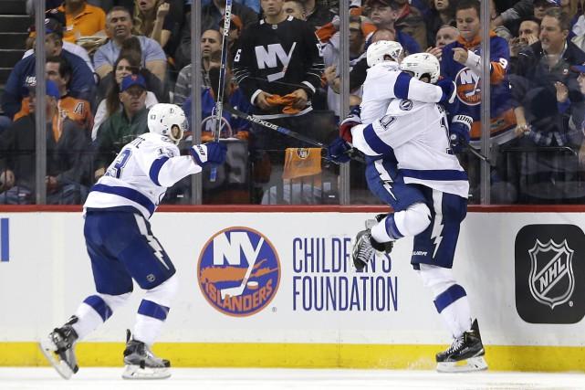 Ryan Callahan saute dans les bras de Brian... (AP, Frank Franklin II)